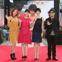 ハート型のレッドカーペットに登場した主演女優陣の戸田恵梨香、多部未華子、真木よう子と廣木隆一監督