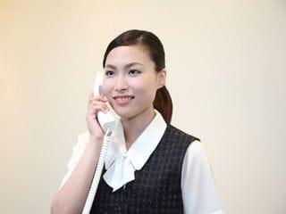 電話をしているスーツ女性