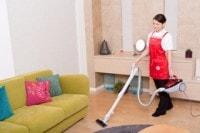掃除を代行する女性