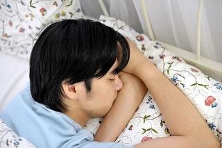 うつぶせ で 寝る 人