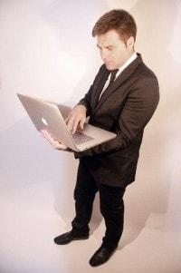 ノートPCを持った男性