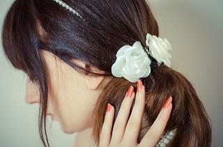 髪を触っている女性