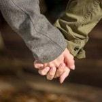 手をつなぐ男性