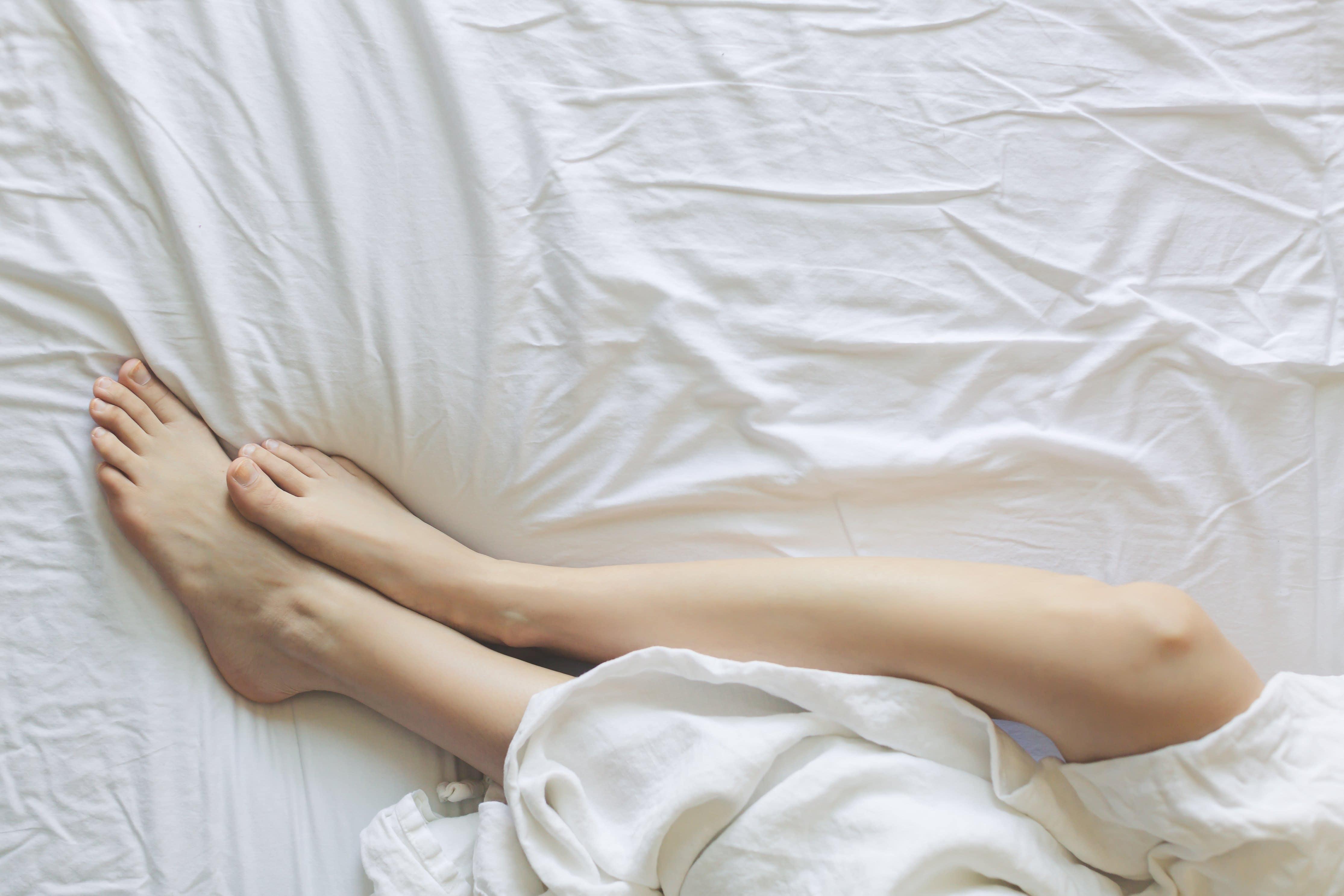 足 に とき て 寝 が つる いる