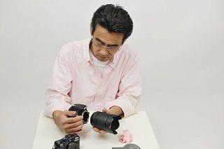 カメラを触る男性
