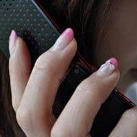 携帯を持つ女子