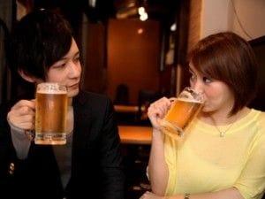 ビールを飲む男女