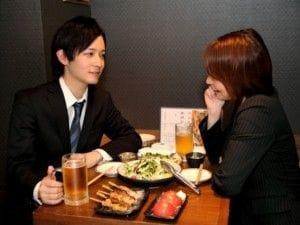 居酒屋で相談する男女