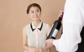 ワインを差し出されている女性