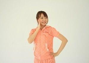 パジャマを着た女性