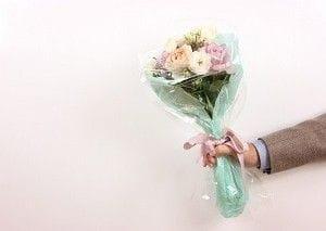 花束を差し出す男性