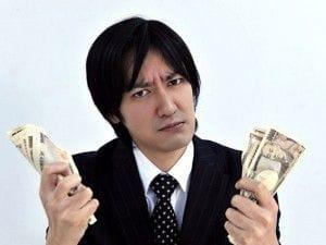 お金の心配をする男性