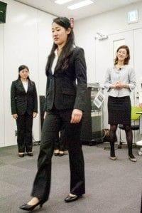 歩き方の指導を受ける女子大学生