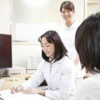 病院で診察される女性