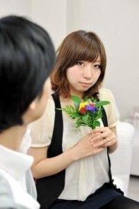 男性から花を受け取った女性
