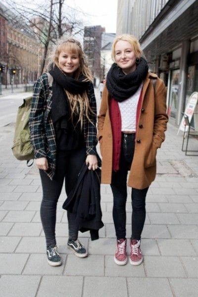 優雅にカフェでランチ休憩をとっていたノルウェーの女子高生。カジュアル・ファッションが大好き(PhotoAsaki Abumi)