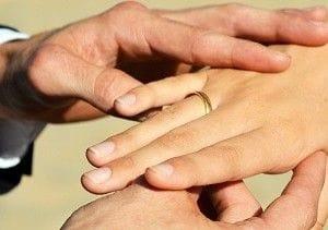 女性に結婚指輪をつける男性