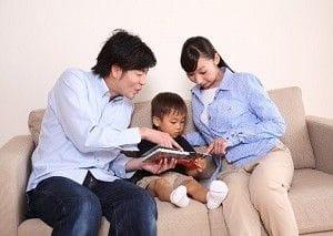 子どもに本を読んであげる男女