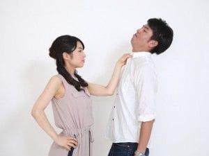 男性の胸倉をつかむ女性