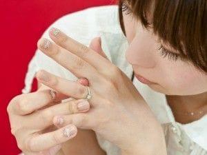 左手薬指に指輪をつける女性