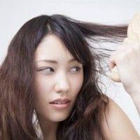 髪の毛が絡まっている女性