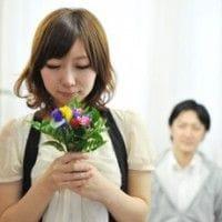 花を持つ彼女