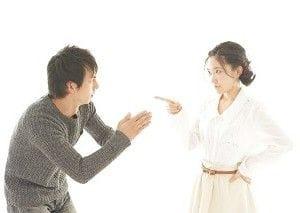怒る女性に謝る男性