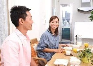 食卓で話す男女