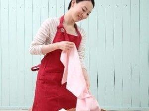 洗濯かごと女性