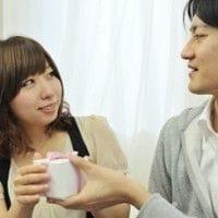会話をするカップル