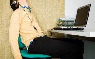 職場で寝ている男性