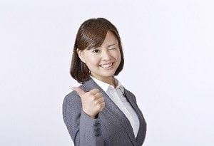 親指を立てた女性