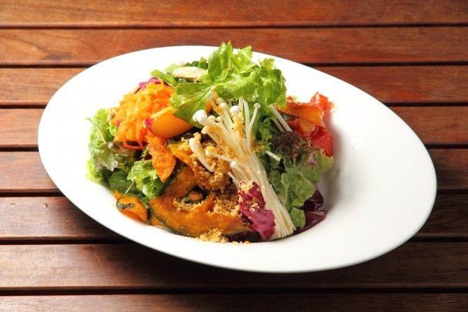 女性に人気の『産地直送! 本日の新鮮野菜のサラダボウル』。メインとしても遜色ないボリューム