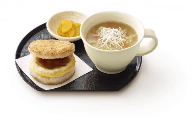 たまごがけご飯をイメージした「モスライスバーガー」とつぼ漬、豚汁のセット