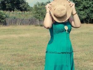 帽子で顔を隠した女性
