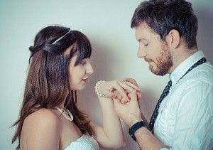 女性に指輪をつける男性