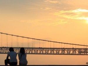 夕日と男女