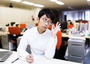メガネを触る男性
