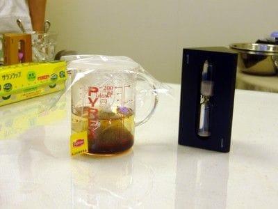 1分間ティーバッグを入れたままにして、ラップなどでふたをして、蒸らします。<br />ティーバッグを軽く絞って取り出します。