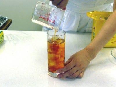 グラスに氷をぎっしり入れ、そこに2を注ぎます。