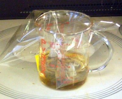 60ccの水にティーバッグを2つ入れて、ふんわりとラップをかけます。