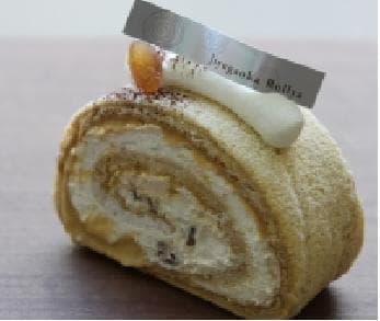 本和香糖のシフォン生地でキャラメルクリーム、生クリーム、イタリア産マロングラッセを巻いたぜいたくな「マロングラッセキャラメルロール」(450円)