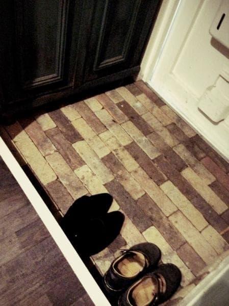 レンガをしきつめた玄関スペース