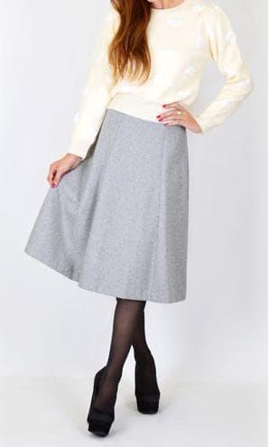 ベーシックカラーのミモレ丈スカートは着回し力も抜群! [MERCURYDUO ウールフレアミッドカーフSK 税込13,980円/画像提供:MODEL STREET]