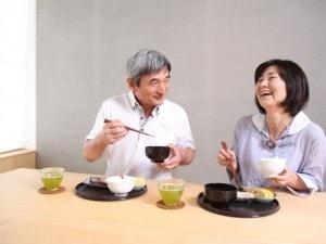 食事をとる夫婦