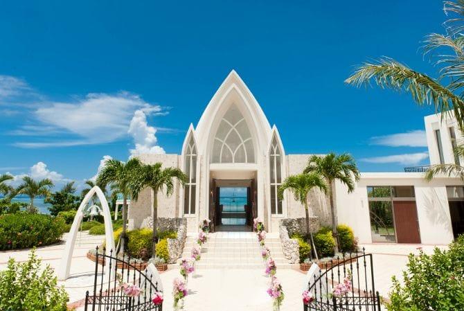 空と海に白い教会のコントラストが美しい