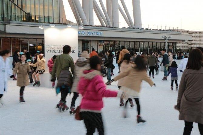 バレンタインに向けてうれしいサービスも「東京スカイツリータウン(R) アイススケート」(~3月8日まで)入場料・大人1500円(税込・貸靴込み)(C)TOKYO-SKYTREETOWN