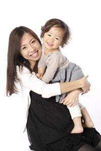 子どもを抱える女性