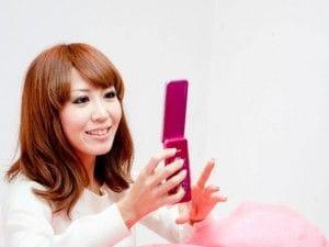 携帯電話を操作する女性