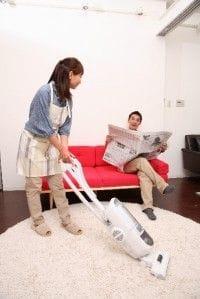 家事する妻
